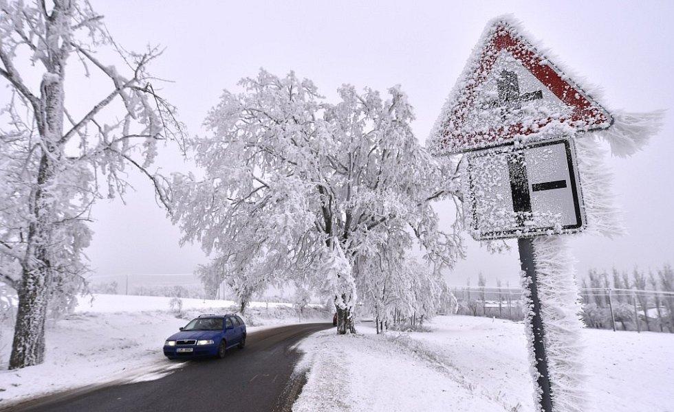 Silná námraza, která láme větve stromů a narušuje elektrické vedení se vlivem mrznoucí mlhy a nízkých teplot tvoří především ve vyšších polohách Vysočiny a Jihomoravského kraje.