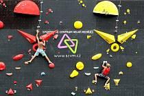 Kluci a děvčata ukázali svou šikovnost při hbitém zdolávání lezecké stěny při závodech v Meziříčí.
