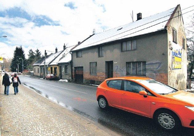 Staré domky po jedné straně silnice I/19 v Žižkově ulici čeká demolice. Ta by měla uvolnit prostor pro rozšíření hlavní komunikace, kterou čeká v příštích letech také zásadní rekonstrukce.