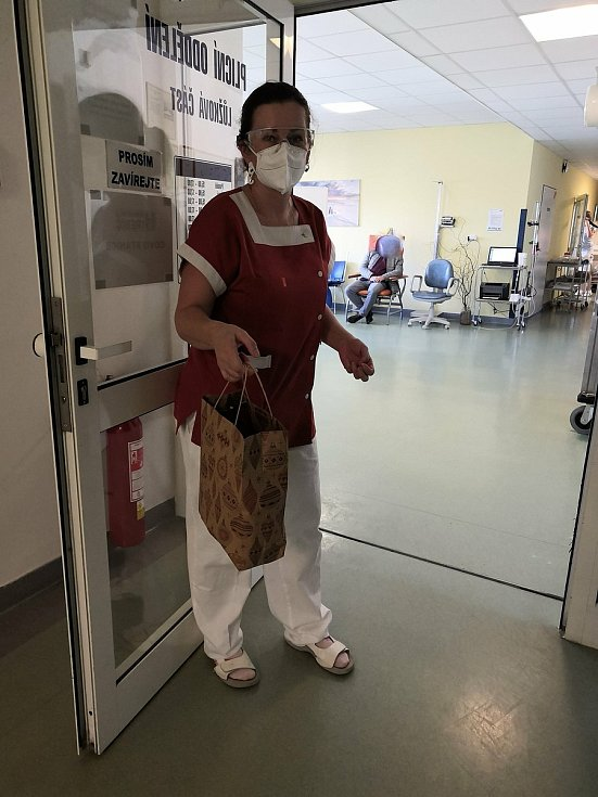 Nemine den, aby do nemocničního zařízení někdo nepřinesl nějakou drobnost.