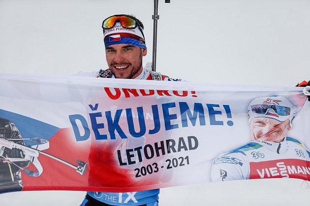 Michal Krčmář projíždí cílem spoděkováním Ondrovi Moravcovi při závodu Světového poháru vbiatlonu ve smíšené štafetě.
