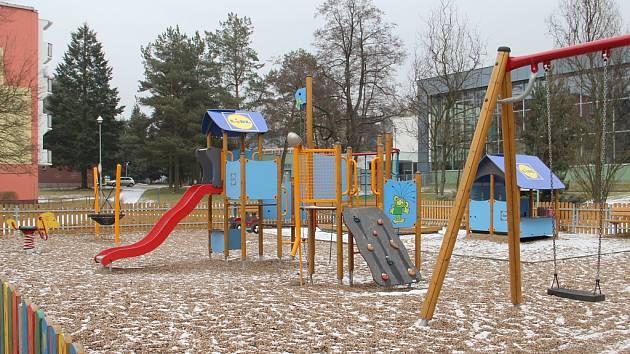Rákosníčkovo hřiště od předloňska mají i ve Žďáře nad Sázavou. Vybavení dětských koutků zdobí motivy oblíbeného kresleného Rákosníčka.