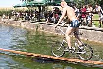 Na tradiční letní kratochvíli se do Blažkova těší nejenom místní, ale sjíždějí se tam i lidé z okolí.