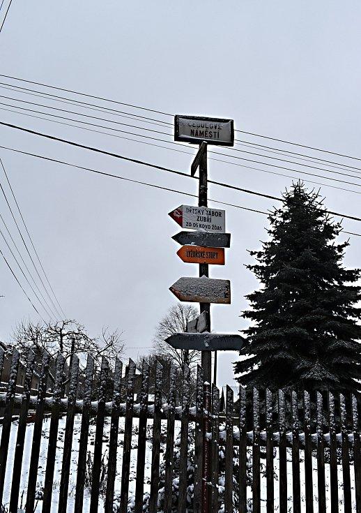 Ve středu obce lze najít nultý kilometrovník doplněný ukazatelem směru i vyřezávanou hlavu zubra.