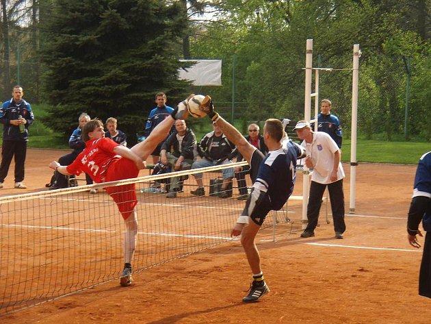 Podruhé za sebou skončil domácí zápas prvoligových nohejbalistů Žďáru (ve světlém) výsledkem 5:5.