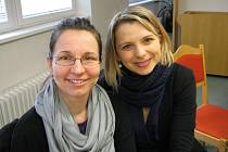 """Jana Vinopalová (vpravo) a Kateřina Fialová (vlevo) mimo jiné prohlašují: """"Někteří prodejci z jihu k nám třeba nechtějí jezdit v říjnu, protože se obávají, že v tu dobu tady už bude metr sněhu a celý den budou mrznout."""""""