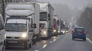 Silnice na Vysočině byly 10. listopadu ráno kvůli sněžení kluzké, místy se tvořila ledovka. Z celého kraje byly hlášeny nehody, v některých kopcích uvízly kamiony, problémy měly i autobusy.