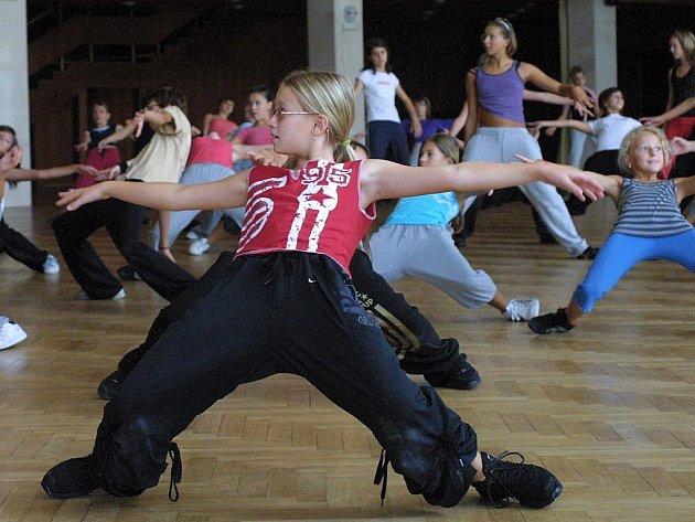 Mladší i starší tanečníci přijeli z České i Slovenské republiky, dohromady je přes 350 účasníků.
