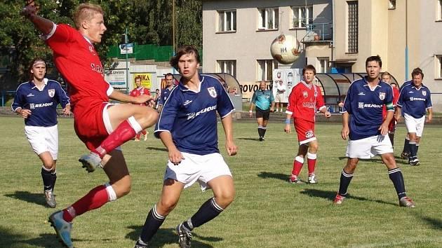 Rezerva Velkého Meziříčí v těžkém zápase s Čáslavicemi vydřela  vítězství zásluhou jediné branky. Na snímku Ladislav Střecha (vlevo).