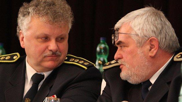 V čele okresního sdružení hasičů bude nadále stát Luboš Zeman (vlevo). Jako první mu blahopřál starosta Sdružení hasičů Čech, Moravy a Slezska Karel Richter (vpravo).