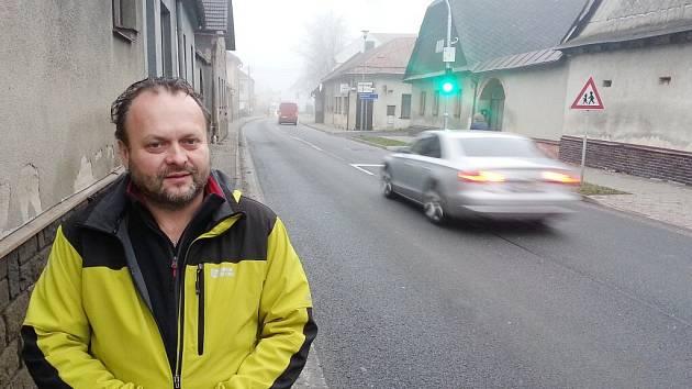 Starosta Karel Malivánek stojí před novým zpomalovacím semaforem před náměstím ve Vojnově Městci. Druhý zastavuje rychlé řidiče před mateřskou školou. Semafory jsou vybaveny kamerovým systémem se záznamem.