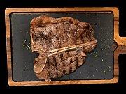 Steaky v Mitrovském dvoře dělají z vlastního vlastního dobytka aberdeen angus.