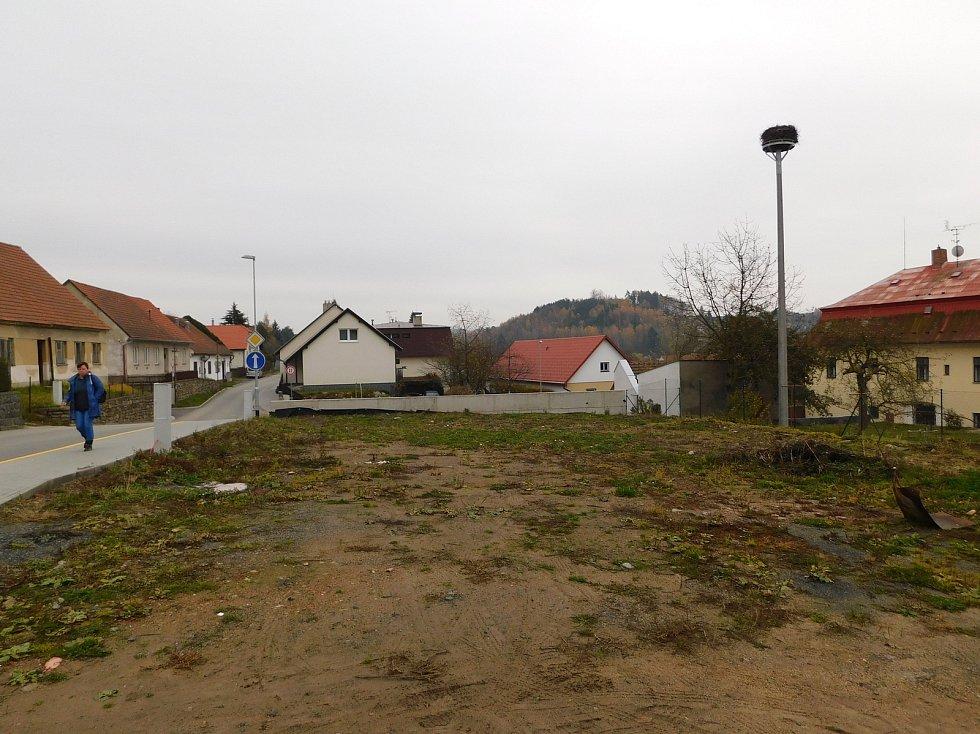 Na místě po zbourané pekárně v Zahradní ulici nyní radnice nabízí tři malé stavební parcely.