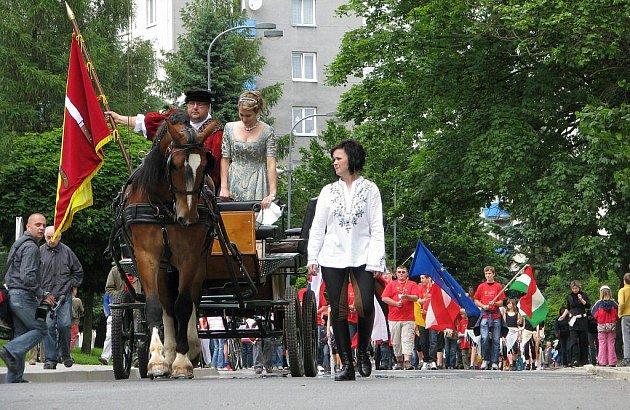 Před deseti lety se Nové Město na Moravě zapsalo do velkého klubu Nových Měst Evropy. A letos pořádá společné setkání. Celkově už dvaatřicáté. Snímek je ze slavnostního průvodu městě.