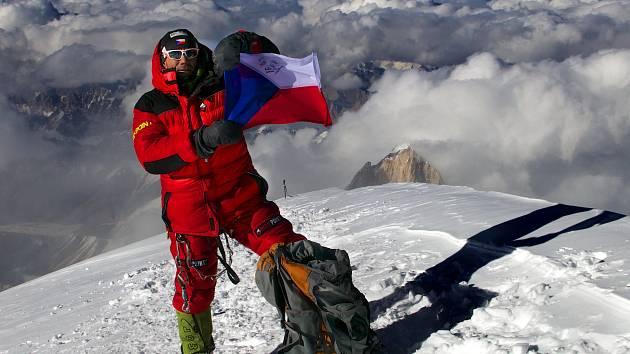 Novoměstský rodák, horolezec Radek Jaroš, je patnáctým člověkem světa, který stanul na všech čtrnácti osmitisícových vrcholech planety bez pomoci výškových nosičů a použití umělého kyslíku. Foto: archiv Radka Jaroše.