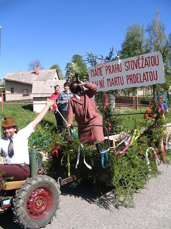 Prvomájové průvody v Petrovicích bývaly vyhlášené. Dnes již obec od této tradice upustila.
