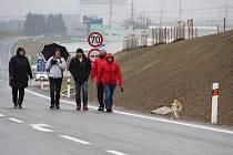 V neděli 22. listopadu si novou silnici od Mělkovic do průmyslové zóny v Jamské ulici prohlédli chodci a cyklisté.