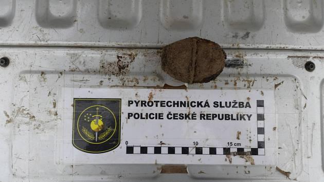 Nalezený německý vejčitý ruční granát vz. 39 (Eihandgranate 39) z 2. světové války.