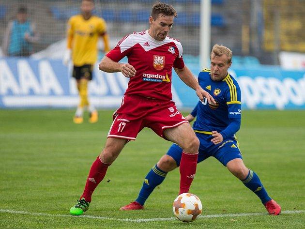 Na fotbalisty Velkého Meziříčí (v červeném) bude za rok čekat ve třetí lize větší porce zápasů.