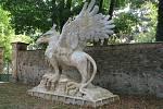 Betonové skulptury žďárského umělce Michala Olšiaka jsou rozsety po celé republice. Jejich největší koncentrace je ale na jeho rodné Vysočině. Na snímku Gryf v Pohledu na Havlíčkobrodsku.