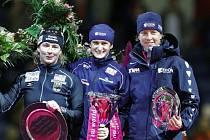 Sáblíkovou na stupně vítězů ji při slavnostním ceremoniálu v heerenveenské hale Thialf doprovodila celkově druhá Němka Claudia Pechsteinová (vlevo) a třetí Nizozemka Renate Groenewoldová.