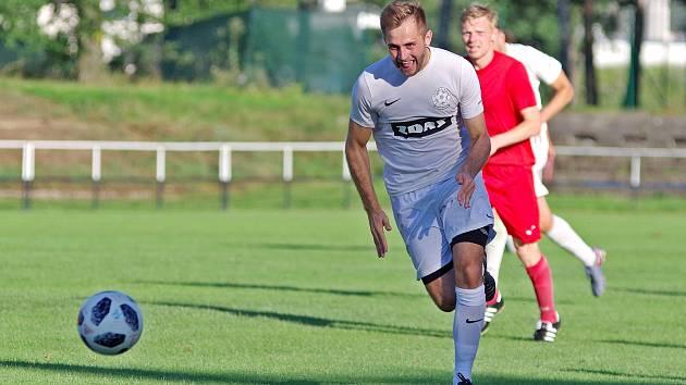 Fotbalisté Žďáru nad Sázavou (v bílých dresech) v divizním derby neměli s Bystřicí nad Pernštejnem slitování