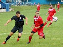 Fotbalisté juniorky Vrchoviny (v červeném) si před vlastními fanoušky poradili výsledkem 3:2 se Šebkovicemi.