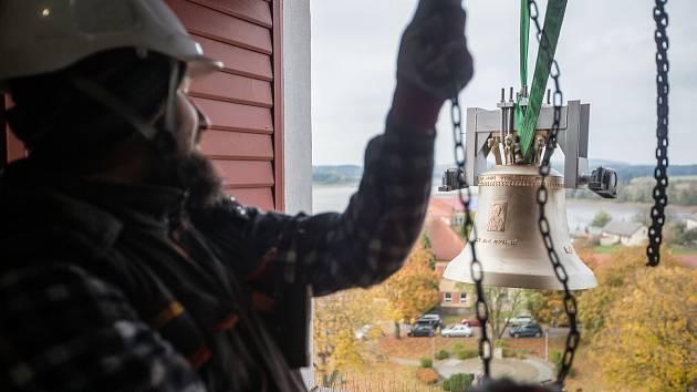 Jako před válkou. Do věže kostela v Novém Veselí se vrátily zvony