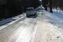 Silnice bývá v zimě zejména v lesních úsecích pokrytá vrstvou ledu.