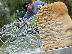 Tři pískovcové sochy, které v srpnu vznikly v rámci sochařského sympozia Žďáření 2016, byly instalovány poblíž cyklostezky u žďárského Modrého hřiště.