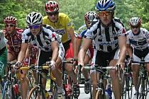Žlutý trikot si od třetí etapy mezinárodního cyklistického závodu Vysočina 2008 hlídal Jakub Kratochvíla (ve žlutém). I díky pomoci kolegů z CK Windoors Příbram jej dovezl až do cíle nedělní etapy.