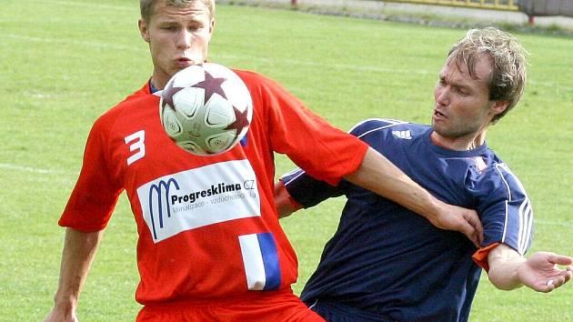 Fotbalisté Třebíče (vpravo Martin Kopeček) měli blízko k zisku tří bodů, s Líšní se ale nakonec rozešli smírně 1:1.