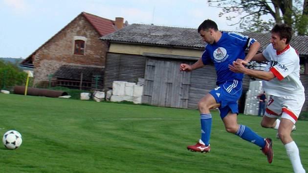 Fotbalisté Rozsoch (v modrém) svoji domácí povinnost splnili a porazili nováčka I. B třídy ze Studence. O jediný gól zápasu se už ve druhé minutě postaral Antonín Bureš.