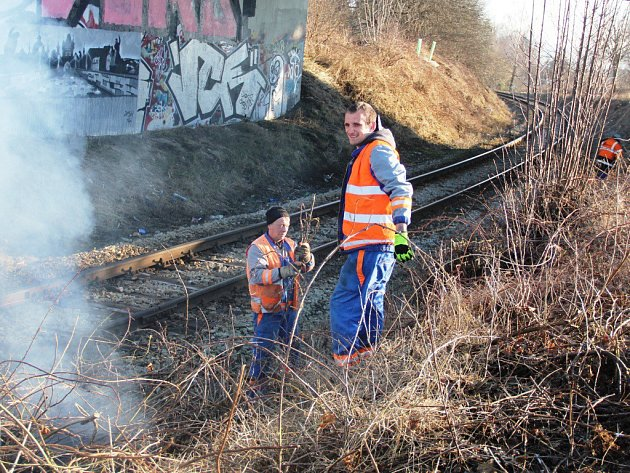 Práce dělníků na údržbě tratí je poměrně namáhavá. Vše se musí dělat ručně, za provozu a pouze v období vegetačního klidu.