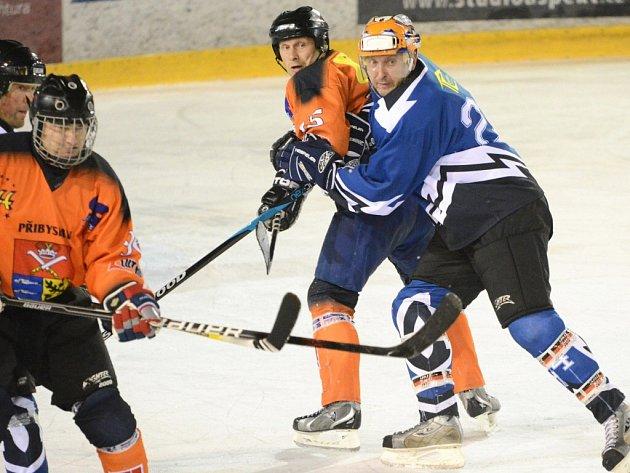 Přibyslav (v oranžovém) v duelu s Velkou Losenicí dvakrát prohrávala, ve druhé třetině ale zabrala a odskočila na 4:2. Náskok přesto neudžela a remizovala 4:4.