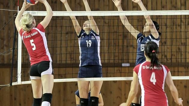 Smečařka Červeného Kostelce si na blokující Janu Maternovou nevěřila. Její pokus o ulívku obrana zachytila. Žďárské ženy vyhrály dvakrát 3:2 a posunuly se na 5. místo.