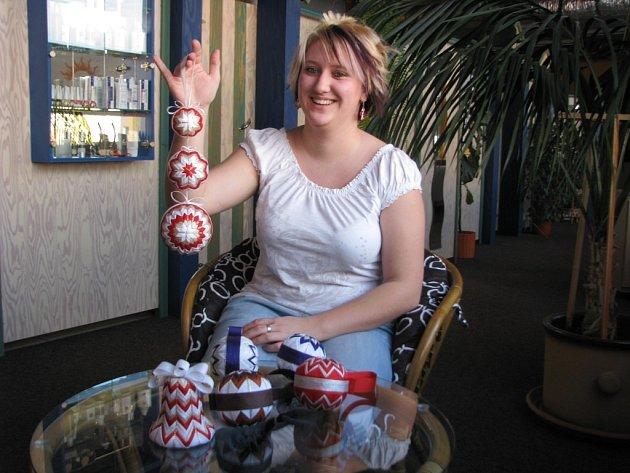Lucie Huková vyrábí vánoční ozdoby technikou píchaného patchworku.