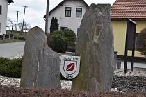 Dva kameny na návsi symbolizují otce a syna.