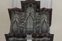 Varhany postavil roku 1696 slavný loketský varhanář Abraham Stark.