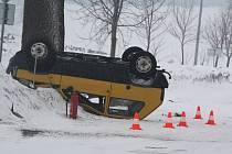 Některé silnice ve Žďárských vrších jsou v zimě místem častých havárek.