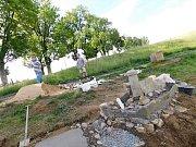 Budoucím parkem miniatur ležícím v těsné blízkosti Pohádkové aleje a Olšiakovy sochy Zubra povedou mezi jednotlivými panskými sídly na toku řeky Svratky, cestičky.