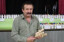 Děti i dospělí malovali dřevěné sněhuláky výrobce hraček Zdeňka Bukáčka.