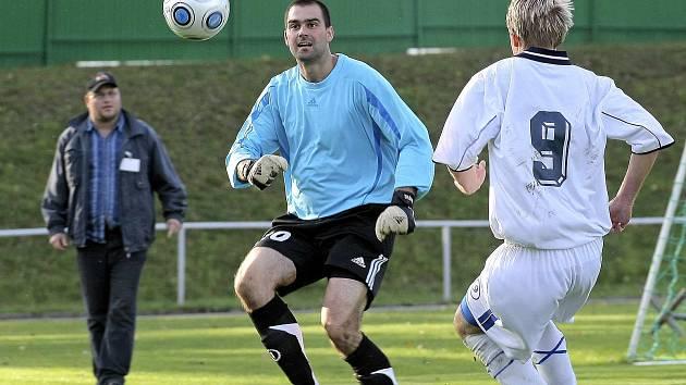 Bývalá dlouholetá opora fotbalistů Bystřice nad Pernštejnem Pavel Trávníček (v bleděmodrém dresu) v tradiční roli strážce svatyně svého mančaftu.