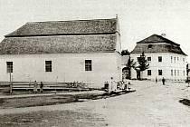 Pohled na Komenského náměstí z roku 1896. Vlevo toleranční modlitebna, v pozadí budova staré fary.