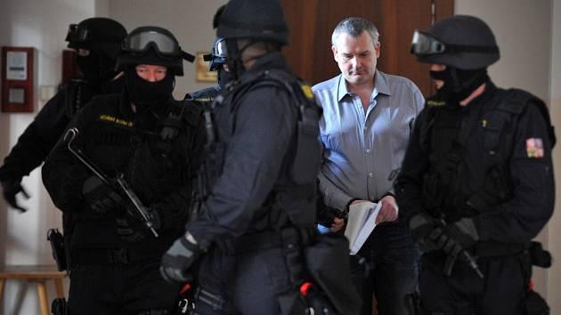 Radek Březina je podle svých slov ochoten přiznat se k obchodům s nezdaněným lihem. Kromě toho čelí také například obvinění z uplácení dozorce věznice.