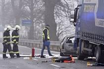 Tři lidé zemřeli 16. listopadu ráno při srážce osobního a nákladního auta poblíž Zvěrkovic u Moravských Budějovic na Třebíčsku. Osobní auto Škoda Fabia combi se srazilo s kamionem a po nárazu začalo hořet.