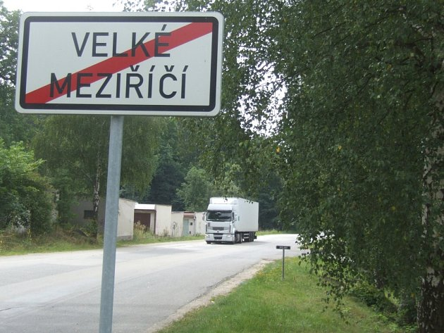 Obchvat by měl Velkém Meziříčí ulevit od tranzitní dopravy. Součástí vykupovaných nemovitostí jsou i garáže v lokalitě Františkov.