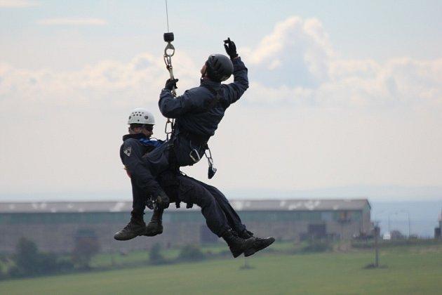 K nejvýše položené obci na Novoměstsku, ke Studnicím, přilétl včera policejní vrtulník a policejní instruktoři trénovali takzvané slaňování na rychlé lano.