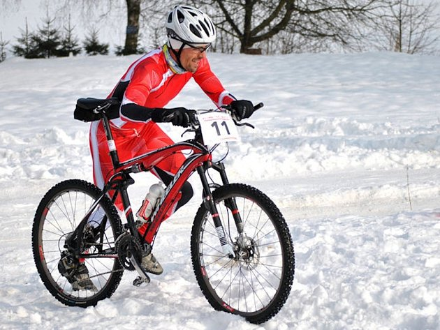 Sportovní nadšenci a milovníci zimního triatlonu si dnes ve SKI areálu Martina Koukala u Pilské nádrže u Žďáru nad Sázavou přijdou na své. Start všech kategorií je naplánován na 11.00. Nejlepší si rozdělí ceny v hodnotě 30 000 korun.