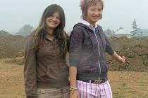 Adéla Cupáková (vpravo) a Monika Novotná ukazují na místo, kde díky jejich petici vznikne ve Škrdlovicích dětské hřiště.